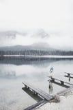 Turista en el lago de la montaña del invierno Fotografía de archivo libre de regalías