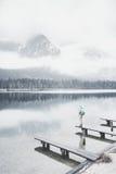 Turista en el lago de la montaña del invierno Foto de archivo