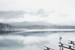 Turista en el lago de la montaña del invierno Fotografía de archivo