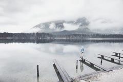 Turista en el lago de la montaña del invierno Imágenes de archivo libres de regalías