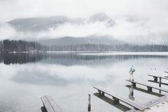 Turista en el lago de la montaña del invierno Foto de archivo libre de regalías