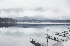 Turista en el lago de la montaña del invierno Imagen de archivo libre de regalías