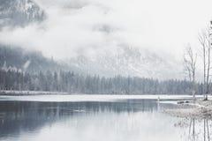 Turista en el lago de la montaña del invierno Fotos de archivo libres de regalías