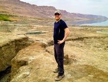 Turista en el mar muerto Fotos de archivo libres de regalías