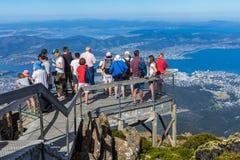 turista en el soporte Wellington que mira la ciudad de Hobart abajo Imagenes de archivo