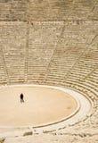 Turista en el teatro antiguo en Epidaurus, Grecia Foto de archivo