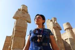 Turista en el templo de Karnak - Egipto imágenes de archivo libres de regalías
