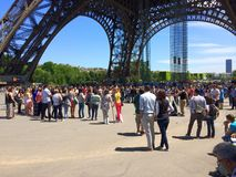 Turista en la base de la torre Eiffel Foto de archivo