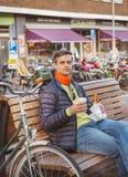 Turista en la calle de Amsterdam fotografía de archivo libre de regalías