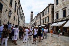 Turista en la calle principal de la ciudad vieja de Dubrovnik, Croacia Imágenes de archivo libres de regalías