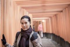Turista en la capilla de Fushimi Inari en Kyoto Imagen de archivo libre de regalías