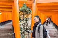 Turista en la capilla de Fushimi Inari en Kyoto Imagen de archivo
