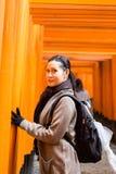 Turista en la capilla de Fushimi Inari en Kyoto Imagenes de archivo