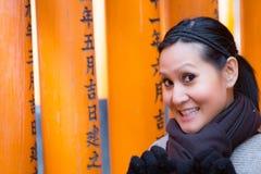 Turista en la capilla de Fushimi Inari en Kyoto Fotografía de archivo