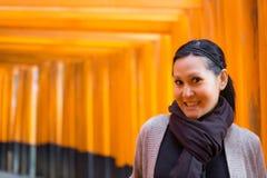 Turista en la capilla de Fushimi Inari en Kyoto Imágenes de archivo libres de regalías