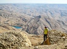 Turista en la montaña de Jordania Foto de archivo libre de regalías