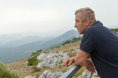 Turista en la montaña máxima Fotografía de archivo libre de regalías