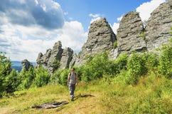 Turista en la parte superior de la montaña Imagen de archivo libre de regalías