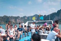 Turista en la parte superior de un barco imagen de archivo