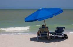 Turista en la playa de la isla de Sanibel Fotografía de archivo libre de regalías