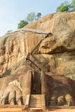 Turista en la puerta a la cumbre de la roca de Sigiriya Fotografía de archivo libre de regalías