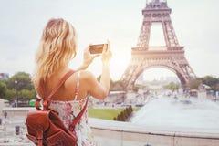 Turista en la torre Eiffel de la señal de París que visita, haciendo turismo en Francia, foto móvil en smartphone foto de archivo
