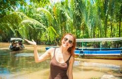 Turista en la travesía del delta del Mekong Foto de archivo