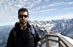 Turista en las montañas Imagen de archivo libre de regalías