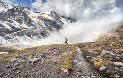 Turista en las montañas imagenes de archivo