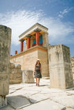 Turista en las ruinas de Knossos imagen de archivo libre de regalías