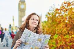 Turista en Londres cerca de Big Ben con el mapa Fotografía de archivo libre de regalías
