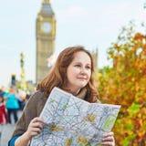 Turista en Londres cerca de Big Ben con el mapa Imagen de archivo libre de regalías
