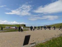 Turista en los acantilados de Moher Irlanda Imágenes de archivo libres de regalías