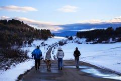 Turista en montañas del invierno Imagen de archivo libre de regalías