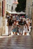 turista en poca calle tipical en la ciudad vieja de Dubrovnik Fotos de archivo libres de regalías