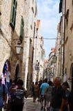 turista en poca calle tipical en la ciudad vieja de Dubrovnik Imagen de archivo