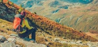 Turista en rastro de montaña imagen de archivo libre de regalías