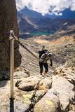 Turista en rocas, valle de cinco lagos fotos de archivo