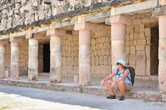 Turista en ruinas mayas imágenes de archivo libres de regalías