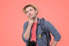 Turista en sombrero con el pensamiento de la cámara y de la mochila imagen de archivo