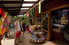 Turista en tienda de souvenirs Fotos de archivo