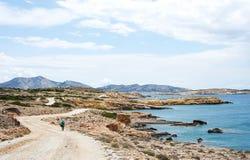 Turista en una carretera con curvas rural en la isla de Koufonissi Imágenes de archivo libres de regalías