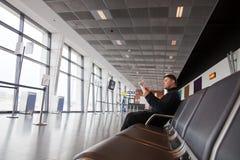 Turista en zona de espera en el aeropuerto Fotografía de archivo libre de regalías