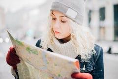 Turista encaracolado louro novo da menina com mapa Foto de Stock Royalty Free