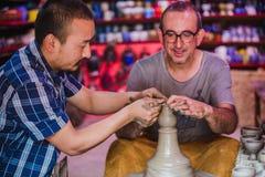 Turista extranjero que hace un pote de cerámica, Clay Pottery Making fotos de archivo
