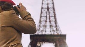 Turista fêmea curioso que fotografa a torre Eiffel, turismo, férias em Paris video estoque