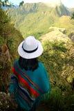Turista fêmea em admirar a vista da citadela de Machu Picchu da montanha de Huayna Picchu, Cusco, Urubamba, Peru imagens de stock royalty free