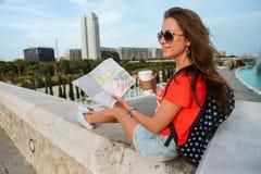 Turista fêmea feliz com um mapa na cidade das artes e das ciências em Valência Foto de Stock Royalty Free