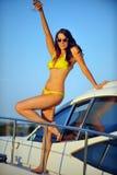 Turista fêmea feliz, tendo o divertimento no iate luxuoso Fotografia de Stock Royalty Free