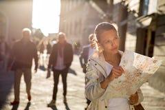 Turista fêmea lindo com um mapa fotografia de stock